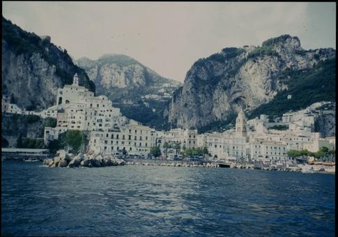 Amalfi antica città portuale. Il centro abitato di origine medievale visto dal mare (foto dell'a. 2004)