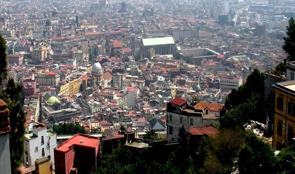 Napoli. La stratificazione architettonica e urbanistica del centro storico inserito nella World Heritage List dell'UNESCO dal 1995, visto dal piazzale di San Martino (foto dell'a., 2011)