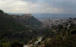 Granada (Spagna). La tutela del paesaggio storico sul quale è stato costruito il palazzo reale dell'Alambra nella grande trasformazione urbana della città  (foto dell'a .2009)