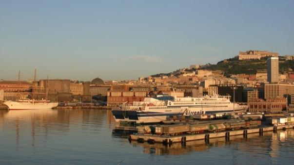 Napoli. Il paesaggio storico culturale e del Water Front dal mare (foto dell'a. 2010)