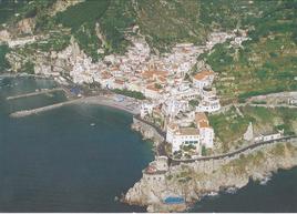 """Amalfi (SA). Il centro storico medievale della Città portuale fortificata del Ducato amalfitano, oggi patrimonio dell'umanità. (da T. Colletta, in """"Tria"""" 2014)"""