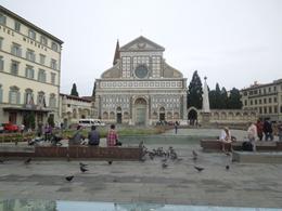 Firenze,  Piazza Santa Maria Novella ed il rispetto dell'identità sacra del luogo innanzi la fabbrica religiosa (foto dell'a, 2013)