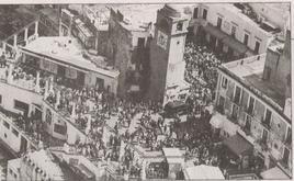 Capri (NA). La famosa Piazzetta e l'affollamento del turismo di massa nelle ore di punta dei visitatori giornalieri ( da T. Colletta, Il valore urbano, 2005)