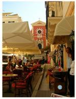 Corfù (Grecia). Il mercato innanzi alla chiesa di San Giacomo nel cuore della città storica, patrimonio dell'umanità, nella WHL dal 2005 (foto dell'a. 2004)
