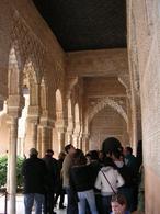 Granada (Spagna). L'affollamento turistico nei  cortili e portici del palazzo dell'Alambra (foto dell'a. 2009)
