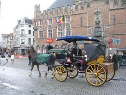Bruges (Belgio). L'uso turistico delle carrozze nel centro storico.