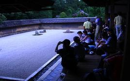 L'affollamento turistico nel giardino Zen del tempio Ryoan a Kyoto (Giappone)