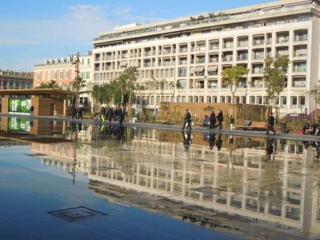 """Nizza (Francia).  La trasformazione urbana degli anni 2012-2014 con la creazione della """"Coulit Vert"""" (colata verde), una passeggiata pedonale urbana con verde e fontane sull'antico letto del fiume Paillon (foto dell'a. 2014)"""