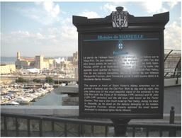 """Marsiglia. La città portuale e il panorama urbano storico dall'abbazia di Saint Vincent con la corretta segnaletica urbana sul """"panorama"""", ossia sul paesaggio storico urbano."""