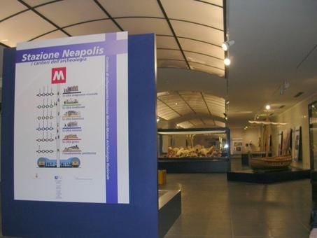 """Napoli. Il nuovo Museo Archeologico inaugurato nel 2005 con le """"scoperte"""" della città romana di Neapolis (foto dell'a. 2007)."""