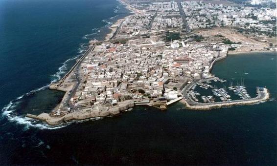La città portuale di Akko (San Giovanni d'Acri) oggi in una foto dall'alto del 2006: il centro storico murato sul mare e le nuove espansioni.