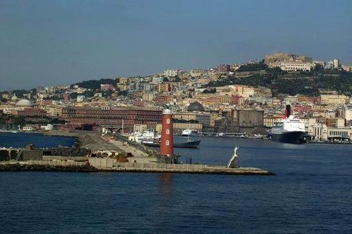 Napoli città portuale in una foto dal mare del suo  porto storico (foto dell'a.)