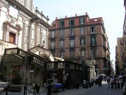Napoli. Piazza San Gaetano la monumentale facciata di  San Paolo maggiore in piazza S.Gaetano, antica agorà-forum. (foto dell'a.)
