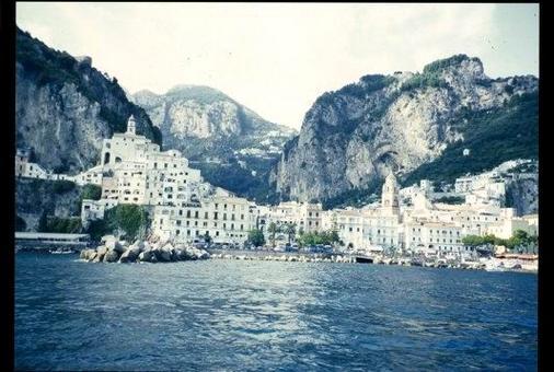 Amalfi antica città portuale. Il centro abitato di origine medievale visto dal mare ( foto  dell'a. 2004).