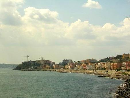 Pozzuoli. Il Rione Terra ed il centro storico lungo la via Napoli  sul mare. Sono visibili le gru in azione per i lavori al Tempio di Augusto-Chiesa Cattedrale e a tutto il Rione Terra  (Foto dell'a. 2006) .