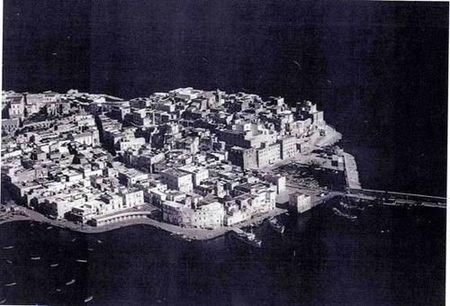 Pozzuoli.  Plastico del Rione Terra  prima dei lavori degli anni 2000 ( da T.Colletta, Pozzuoli città fortificata..op.cit.,1987).