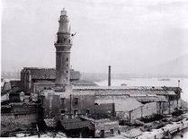 Napoli. La  grande Lanterna  del porto, prima della sua demolizione per costruire la stazione marittima in una fotografia dei primi anni del Novecento.