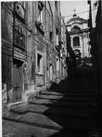 """Napoli. Le Rampe di San Marcellino collegamento gradonato con la """"città bassa"""". (foto dell'a. 2004)."""