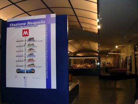 """Napoli. I livelli della stratificazione della città a piazza Municipio """"Stazione Neapolis"""" dal periodo romano ad oggi. Museo Archeologico Nazionale (foto dell'a. 2005)."""