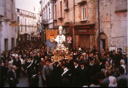 Sessa Aurunca. Corso Lucilio, processione del Santo Patrono lungo il principale asse urbano (da T. Colletta,  Le tradizioni …, 2009).