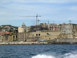 Pozzuoli. Rione Terra, rocca a difesa del Borgo, visto dal mare durante i lavori di restauro del 2006-2007 (foto dell'a. 2007).