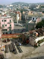 Il Borgo ed il tessuto edilizio dell'odierna Pozzuoli, dal Rione Terra durante i lavori del 2006 (foto dell'a.2006).