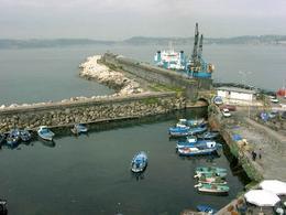 Pozzuoli: il porto odierno, ripreso dal Rione terra (foto dell'a. 2006).