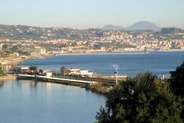 Il costruito urbano del territorio flegreo visto dalla punta di Miseno (foto dell'a. 2006).