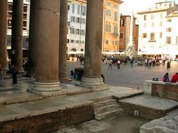 Roma. La piazza del Pantheon  più volte ristrutturata dal periodo romano ad oggi, con fontana centrale (foto dell'a. 2005).