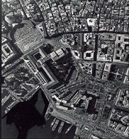 Foto aerea zenitale di Napoli con il palazzo reale e la piazza Plebiscito (da T. Colletta, Piazza Plebiscito …, 2005).