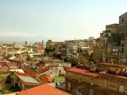 Napoli. Il campanile di Santa Chiara e del Gesù dalla collina di San Potito (foto dell'a.2006).