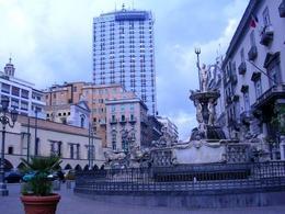 Napoli. La fontana Medina innanzi la chiesa dell'Incoronata a via Medina (foto dell'a. 2007).