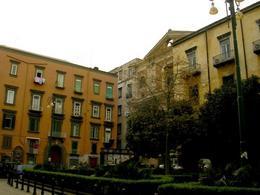 Napoli. Largo DonnaRegina, innanzi l'omonima fabbrica religiosa  di DonnaRegina nuova  in fronte all'ingresso dell'Arcivescovato su via SS. Apostoli (foto dell'a. 2007).