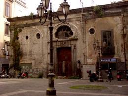 Napoli, piazzetta dei Banchi nuovi lungo la via omonima, innanzi ai Banchi pubblici, adattati a chiesa dei SS. Cosma e Damiano nel Seicento, oggi chiusa (foto dell'a. 2006).