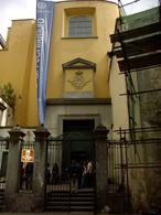 Napoli. Piazzetta Teodoro Monticelli innanzi la chiesa di San Demetrio e Bonifacio, oggi aula magna della Facoltà di architettura (foto dell'a. 2006).