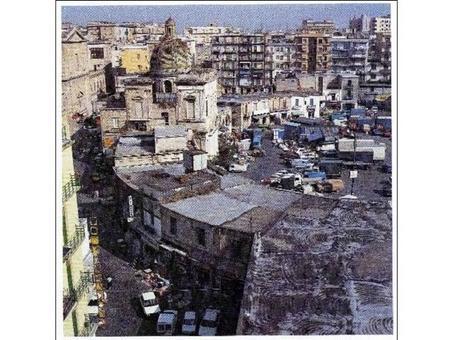 Napoli. La piazza Mercato e la chiesa della Croce al mercato in una veduta odierna dall'alto (da T. Coleltta, Napoli città portuale e mercantile…, 2006).