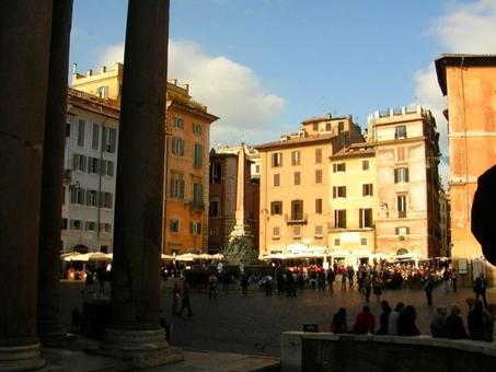 Roma. La piazza del Pantheon una delle più partecipate piazze storiche italiane dal periodo romano fino ad oggi con Roma capitale d'Italia (foto dell'a. 2007).