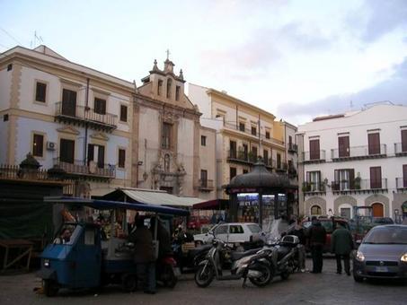 Palermo (Sicilia). La Piazza di mercato di Ballarò con le bancarelle di alimentari nella piazza religiosa  aperta innanzi la chiesa del Carmine (foto dell'a. 2008).
