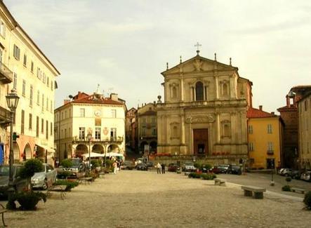 Una delle numerose piazze monumentali italiane pubbliche e religiose allo stesso momento nello stesso spazio urbano. L'esempio di Moncalieri (Nord Italia) (foto dell'a.2007).