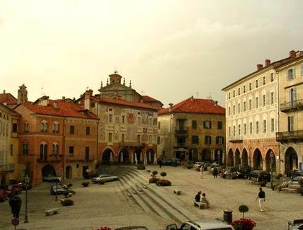 Moncalieri: Il lato religioso della piazza con la cattedrale e sul fronte opposto il largo spazio civile con portici (foto dell'a. 2007).