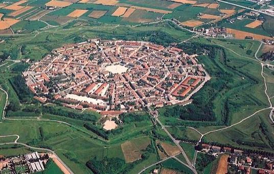 La fortezza di Palmanova macchina militare nel paesaggio Veneto in una foto zenitale  da Google Earth.
