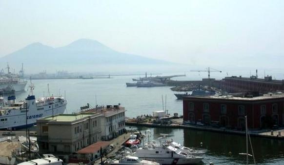 Napoli. Il porto, il molo San Vincenzo  e la Darsena Acton da  Palazzo Reale (foto dell'a.2007).