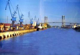 Il porto fluviale di Siviglia, lontano dal fronte mare storico (foto dell'a. 2005).