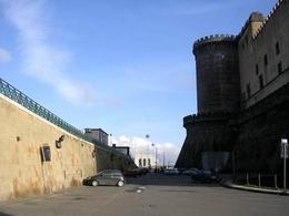 Napoli. Il Castelnuovo aragonese nella antica postazione d'epoca angioina a controllo del molo portuale del Beverello. (foto dell'a.2006)