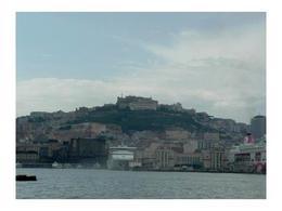 Napoli. Il molo Beverello ed il Castelnuovo da mare (foto dell'a. 2006)
