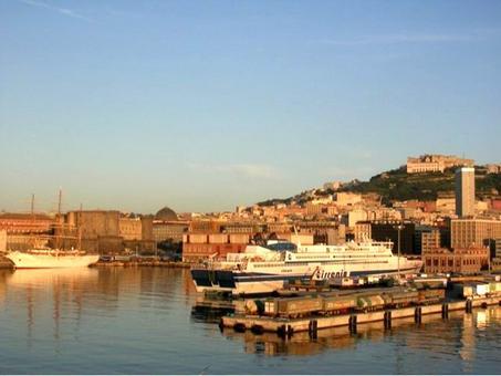 Napoli. Il  Fronte a mare del porto storico dal molo San Vincenzo al Beverello dalla nave  (foto dell'a. 2007)