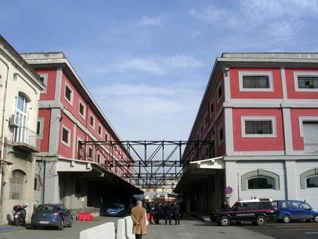 Napoli. I magazzini di deposito  ristrutturati  per  Uffici di scalo a Calata porta di Massa da parte dell'Autorità portuale nel 2007 (foto dell'a.2008)