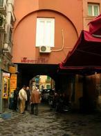 Napoli. Piazza Francese nella città bassa mercantile (foto dell'a. 2008).