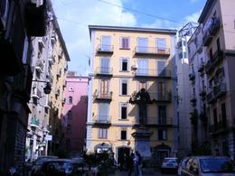 Napoli. Piazza Larga al Borgo Orefici con statua del Crocifisso nel centro (foto dell'a. 2008).