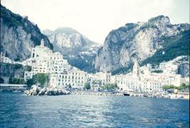 Amalfi. Il centro portuale di Amalfi naturalmente difeso dalle montagne e dalle torri in alto (foto dell'a. 2003).